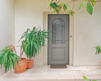 porte d'entrée en bois avec une vitre