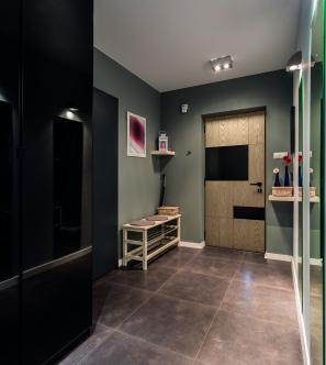 porte d'entrée en bois avec des détails noirs